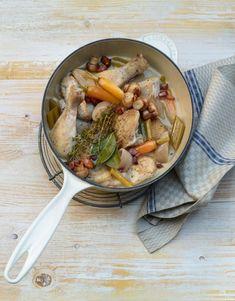 Autrefois, on utilisait uniquement des coqs pour les cuire au vin. À défaut d'œufs, on exploitait au moins leur viande. Pour éviter le dessèchement de la viande de coq, on la mijotait dans du vin. Et le mijotage reste un bon plan pour la viande de volaille. Valeur Nutritive, Bons Plans, C'est Bon, Coqs, Beef, Coq Au Vin, Dry White Wine, Swiss Chicken, Poultry