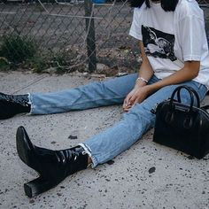 Grunge Style Chic Fashion Inspo Street Style Look How To Wear Band TShirt And Distressed Denim 90s Fashion Grunge, Look Fashion, Winter Fashion, 90s Grunge, Denim Fashion, Fashion Boots, Fashion Outfits, Street Style Photography, Style Grunge