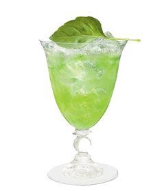 COINTREAU FIZZ CUCUMBER BASIL  - 5 cl Cointreau  - 2 cl frischer Limettensaft  - Stück Salatgurke, ca. 3 cm  - 4 frische Basilikumblätter  - 5 cl sprudelndes Mineralwasser    Im Mixglas eines Boston-Shakers Gurkenwürfel und Basilikumblätter zerdrücken. Anschließend Cointreau und Limettensaft hinzufügen. Mit Eis auffüllen. So lange shaken, bis der Metallbecher beschlägt. In das Glas über Eis abseihen und mit sprudelndem Mineralwasser auffüllen.  Mit Basilikumblatt garnieren.