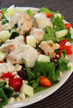 Jo and Sue: Greek Chicken Salad. Huge portion for only 325 calories. Don't mind if I do! Chicken Salad Ingredients, Chicken Salad Recipes, Easy Homemade Recipes, Healthy Recipes, Simple Recipes, Yummy Recipes, Dinner Recipes, Cooking Recipes, Gyro Salad