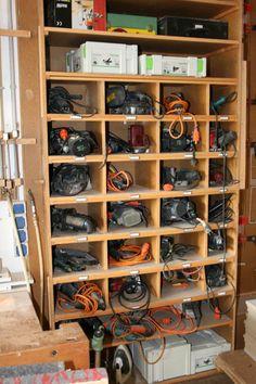 32 Clever Ideas to Organize your Garage Garage Tool Storage, Garage Tool Organization, Workshop Storage, Workshop Organization, Garage Tools, Garage Shop, Garage Workshop, Shed Storage, Workshop Layout