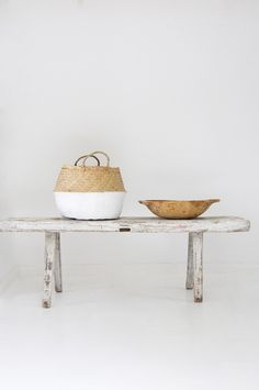 I love this white wooden bench - natural and simple... Alte Holzbank weiss von boheme-living.com