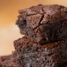 Here's what you need: unsalted butter semi-sweet chocolate chips granulated sugar brown sugar vanilla extract salt large egg all-purpose flour dark cocoa powder nonstick cooking spray One Bowl Brownies, Beste Brownies, Hershey Brownies, Moist Brownies, Zucchini Brownies, Avocado Brownies, Protein Brownies, Food Cakes, Cake Recipes