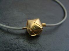 Lässig und doch elegant!  Der gefaltete Origamiwürfel ist vergoldet, stabil und stammt aus Bali.  Länge: Das Armband ist ca. 17 cm lang und hat noch eine Verlängerungskettchen von ca. 3,5...