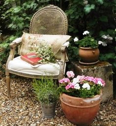 A lovely resting spot in French-style ... perhaps to read ... or write?