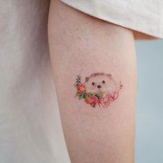 Quanta fofura 🦔🌸 Só não consegui identificar que bichinho é este. Se é uma toupeirinha, ou um porquinho da Índia, ou um ouriço. . Feita pela Tatuadora / Tattooist: @soltattoo • ℐnspiração ✩ • ¨°o.イลイนลʛ૯ຖຮ Բ૯൬ⅈຖⅈຖลຮ.o°¨ . ¨°o.Ⓘⓝⓢⓟⓘⓡⓔ-ⓢⓔ.o°¨ . . #tattoo #tattoos #tatuagem #tatuagens #tatouage #tatuaje #ink #tattooed #tumblr #tumblrgirl #tattooer  #tatuador #instagram #tutorial #diy #tattooedgirls #tatuagensfemininas #realismo Cute Animal Tattoos, Cute Hand Tattoos, Sweet Tattoos, Cool Small Tattoos, Little Tattoos, Unique Tattoos, Modern Tattoos, Star Tattoos, Body Art Tattoos