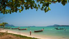 Patsastele auringossa uittamassa varpaita turkoosissa meressä Rawaissa. #RawaiBeach #Thaimaa #thailand