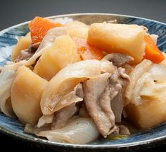 This nikujaga recipe is made by adding sukiyaki beef, potato, and other root vegetables to a dashi soup stock and letting it stew. Easy and warming. Potato Stew Recipe, Beef And Potato Stew, Stewed Potatoes, Carrots And Potatoes, Japanese Dishes, Japanese Food, Japanese Recipes, Bento, Recipes