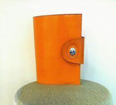 CODICE AP043 Porta agenda in pelle con dipinto a mano su ovale di porcellana di 2,4cm . Misure agenda: altezza 20,5cm- larghezza14,5cm info@decortack.it