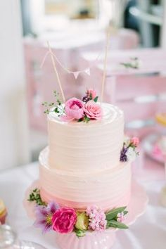 Naschwerk & Co. :: Kuchentheke - Hochzeitstorten Cake Pops, Cake Smash, 2 Tier Cake, Tiered Cakes, Cake Recipe For Decorating, Pink Streaks, Showers Of Blessing, Strawberry Frosting, Buttercream Wedding Cake