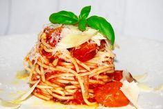 Pasta är enkelt, går snabbt att göra och vi svenskar älskar det!  Här kommer receptet på min pasta pomodoro som är en klassisk pastarätt med spaghetti och italiensk tomatsås.    4 port...
