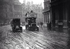 a taxi and a bus in what remains of the snow at Trafalgar Square in #London in the winter of 1915.