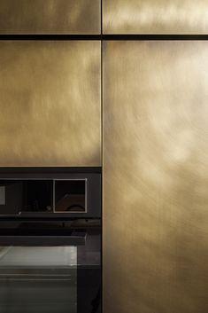 Industrial Kitchen Design, Brass Kitchen, Modern Kitchen Design, Kitchen Interior, Kitchen Cupboard Designs, Kitchen Cupboards, Home Wet Bar, Brass Texture, Hidden Kitchen