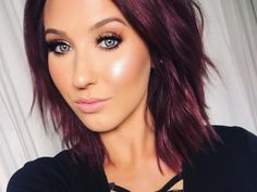 Love her hair color! This is Makeup YouTuber Jaclyn Hill. You can find her channel at https://www.youtube.com/channel/UC6jgzx2g3nlbaYkd8EMweKA