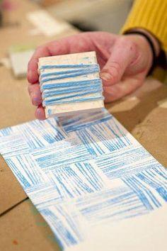 En esta actividad los niños llenarían la superficie de una hoja en blanco con esta técnica. Pueden tener varios sellos con distintos colores, o mezclarlos en un mismo sello. Tienen que variar la dirección del sello. El cordel puede ser más menos fino, como ellos prefieran.