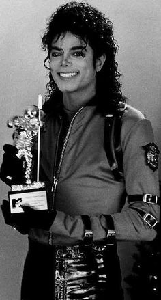 Michael Jackson with one of his MTV Awards Bad Era 😍😍 Janet Jackson, Bad Michael, Michael Jackson Bad Era, Paris Jackson, Lisa Marie Presley, Elvis Presley, Invincible Michael Jackson, Jackson Family, King Of Music