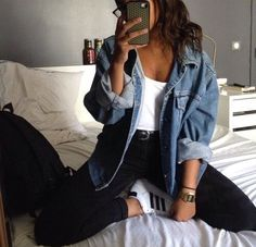 How to wear a denim jacket in spring outfits you can copy - Jeansjacke Outfit Look Fashion, 90s Fashion, Autumn Fashion, Fashion Outfits, Denim Fashion, Cheap Fashion, Feminine Fashion, Hipster Fashion, Celebrities Fashion