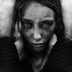Avec sa série Lost Angels, le photographe américain Lee Jeffries a souhaité rendre hommage aux sans-abris, afin d'offrir un visage à ces personnes
