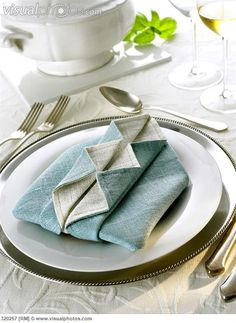Napkin folding design: 'Ruffled shirt'