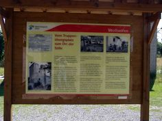 Wollseifen Panneaux sur l'historique du camp. A droite il y a une photo avec des Chasseurs Ardennais.