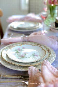 French Farmhouse Decor, French Country Decorating, Country French, Country Farmhouse, Vintage Plates, Vintage China, Vintage Dishes, Vintage Table, Country Interior Design