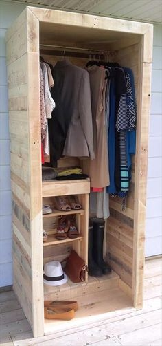 Read here what they say about the construction and price of this pallet wood wardrobe or pallet closet! We (Finally) Built a Pallet Wardrobe! This wardrobe is Pallet Wardrobe, Pallet Closet, Bedroom Wardrobe, Wardrobe Closet, Wardrobe Storage, Diy Bedroom, Bedroom Storage, Wooden Wardrobe, Small Wardrobe