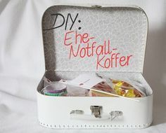 Ich habe einen Ehe-Notfall-Koffer gestaltet und eine genaue Anleitung erstellt, … I have designed a marriage emergency case and created a detailed guide, tips on where to buy the materials & pictures as an example! Diy Wedding Presents, Special Wedding Gifts, Diy Presents, Diy Gifts, Wedding Present Ideas, Ideias Diy, Engagement Ring Cuts, Budget Wedding, Suitcase