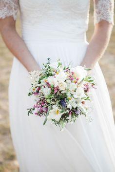Romantischer Brautstrauß mit Orchideen, Dalien und Wildblumen in Rosé und Lavendel