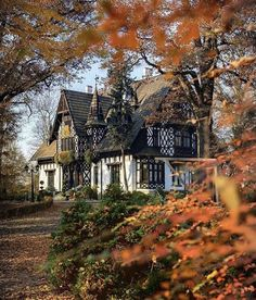 Beautiful Buildings, Beautiful Homes, Beautiful Places, Beautiful Beautiful, Cute House, House 2, Autumn Aesthetic, Autumn Cozy, Cottage Homes