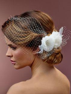 Prachtige haarcorsage van het merk Poirier op clip afgewerkt met bloemen…