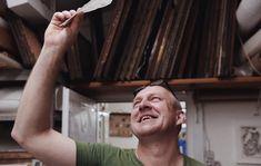 «Volevo lavorare in maniera indipendente, volevo influenzare l'intero processo. Non essere soltanto l'ingranaggio di una macchina ma il motore che fa andare tutto». È questo il motivo che ha spinto Gangolf Ulbricht a iniziare a produrre la carta. Classe 1964, originario della Sassonia, Ulbricht è uno dei pochi mastri cartai che fanno ancora la carta a mano. Con quasi quarant'anni di esperienza alle spalle e dopo aver studiato l'arte della fabbricazione della carta in Giappone,...