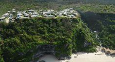 US$306 Этот роскошный курорт расположен на краю утеса в 150 метрах над Индийским океаном и предоставляет потрясающие виды на окружающие ландшафты.