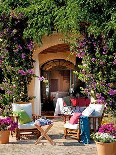 Rincón de Estar . . . Corner Room - Armchairs Merchant of Venice. Folding stool with cushions from Aquitaine. . . . Una Casa Provenzal en Menorca (A House Provenzal in Menorca)