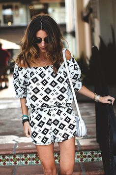 Show me your Mumu, Tobruckave, Outfit. Printed black and white jumper. Off the shoulder