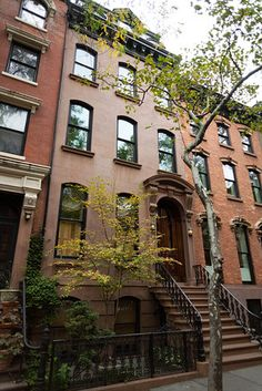 A move to Brooklyn Heights for its commuting convenience turned into a stay for the homeowners of this five-story townhouse. Brownstone Homes, Brooklyn Brownstone, Townhouse, Architecture Old, Amazing Architecture, Classic Building, Brooklyn Heights, Brick Facade, Residential Real Estate