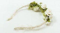 NERLOA: Diadema a base de flores de papale en blanco.