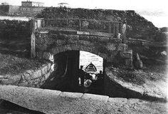 Embarcadero de la antigua cárcel del Parrote ,que estuvo hasta los años 20,en el solar que hoy ocupa el Hotel Hesperia Finisterre,y luego fué trasladada a las cercanías de la Torre. Puertas por donde entró Carlos I