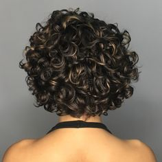 Curly Messy Brunette Bob with Golden Highlights Natural curls were meant for hairstyles that show off the healthy sheen of loopy locks. A scattering of metallic highlights elevates the style, giving it depth and sophistication. Black Curly Hair, Curly Hair Cuts, Long Curly Hair, Curly Hair Styles, Natural Hair Styles, Brown Hair, Short Curly Haircuts, Curly Bob Hairstyles, Virtual Hairstyles