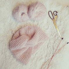 Crochet poncho 522910206731503269 - Petite Biche Rose & Co.: Bonnet Turban PÉGASE Source by martinelosy Baby Turban, Turban Hat, Beret, Tricot Baby, Beanie, Crochet Poncho, Baby Knitting Patterns, Knitted Hats, Kids Crafts