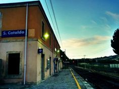 """""""...buttato fuori dal treno in una stazione di passaggio. Di notte; senza nulla con me. [...] Mi trovo a terra, solo, nella tenebra d'una stazione deserta; e non so a chi rivolgermi per sapere che m'è accaduto, dove sono..."""", San Cataldo. 1° riscatto urbano di Melania Vaccaro. Saranno conteggiati i """"Mi piace"""" al seguente post: https://www.facebook.com/photo.php?fbid=10206562440773321&set=o.170517139668080&type=3&theater"""