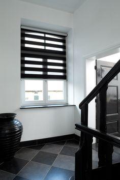 Duo rolgordijnen zwart/wit in een trappenhuis