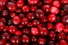 Wondering if cranberry seed oil is right for you? Learn about the many skin benefits of cranberry seed oil and get hydrated, smooth skin today! Les Muscles Endoloris, Cranberry Benefits, Cranberry Relish, Cranberry Chicken, Cranberry Recipes, Edible Oil, Weight Loss Tea, Losing Weight, Minerals
