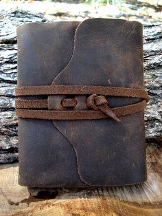 Gentleman Style 469359592388871391 - Manly traditional-style leather travel book… I think this would be an awesome gift for Max when he graduates high school. Journal En Cuir, Crea Cuir, Leather Books, Leather Book Covers, Handmade Books, Handmade Notebook, Handmade Journals, Leather Projects, Leather Journal