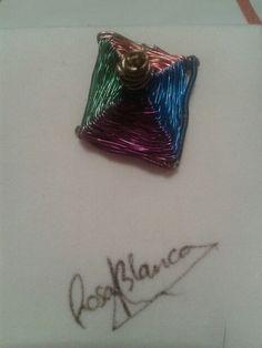 Colgante de cobre y alambres de colores. Diseño propio. Rosa Blanca.
