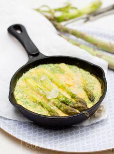 PARSA-PARMESANMUNAKAS  3 munaa 3-5 parsaa 3/4dl parmesania loraus kermaa(tai maitoa) tuoreita yrttejä suolaa nokare voita  Kuumenna uuni 225C.keitä parsat. sekoita munat ja kerma, mausta suolalla. Kuumenna pannu, sulata nokare pannulla ja kaada muna-kermaseos pannuun. lisää pääosa parmesanraasteesta. Pyöräytä se munamassan joukkoon. Nostele päälle parsat, ripottele päälle vähän parmesania ja nosta hetkeksi uuniin. Ota pois, kun pinta on lähes hyytynyt