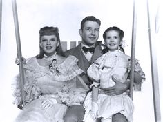 Margeret O Brian and Judy Garland Tom Drake. Classic Christmas Movies, Classic Movies, Golden Age Of Hollywood, Old Hollywood, William Powell, Musical Film, Liza Minnelli, O Brian, Gene Kelly