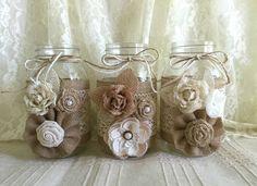 3 arpillera y encaje mason jar floreros, boda, despedida de soltera, babyshower Hice este adorable floreros con color natural arpillera y algodón color natural de encaje, flores hechas a mano, perlas, botones, arco de guita. tamaño de los tarros: 32 OZ 3,78 x 7,0 (flores no incluidas)
