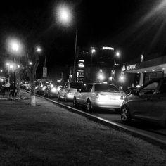Tráfico q me hace dudar de querer tomar un carro #streetview #streetphotoPeru #igersperu #Lima #night #cars