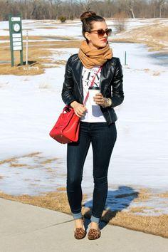 Den Look kaufen:  https://lookastic.de/damenmode/wie-kombinieren/bikerjacke-t-shirt-mit-rundhalsausschnitt-enge-jeans-slipper-umhaengetasche-schal-sonnenbrille-uhr/6177  — Braune Sonnenbrille mit Leopardenmuster  — Beige Schal  — Weißes und schwarzes bedrucktes T-Shirt mit Rundhalsausschnitt  — Schwarze Leder Bikerjacke  — Goldene Uhr  — Rote Leder Umhängetasche  — Schwarze Enge Jeans  — Braune Wildleder Slipper mit Leopardenmuster