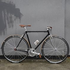 Custom single speed black bike style with brown saddle by Shifter Bikes. See more stylish women on bikes at melisinestudio.com and @melisinestudio on instagram.